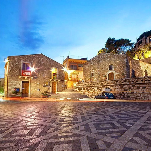 Castelmola, Piazza Sant'Antonino
