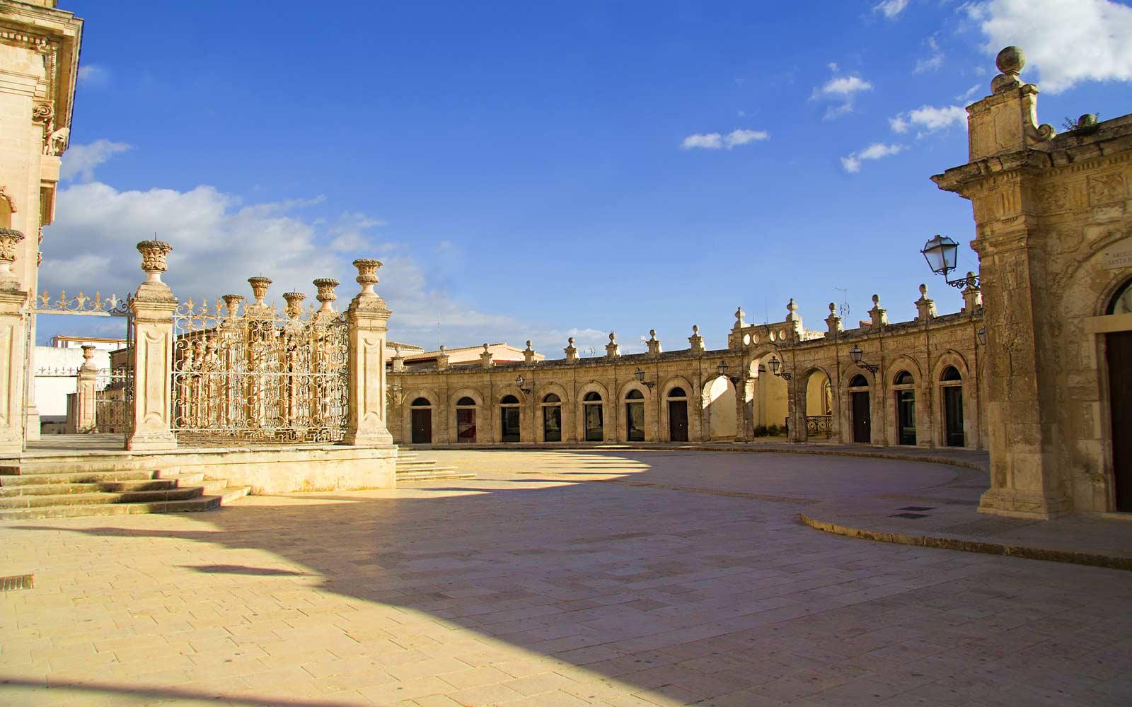 Ispica, loggiato della basilica di santa maria maggiore