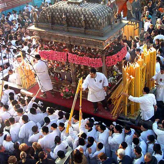 La consegna dei ceri da parte dei devoti di Sant'Agata a Catania